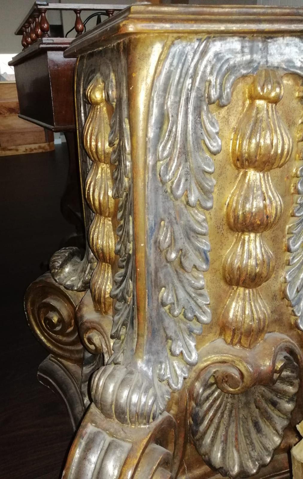 341CV Un magnifico antico capitello in legno dorato e ...